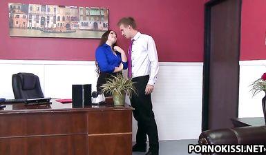 Пухлая секретарша разрешила начальнику трахнуть её в жопу в офисе
