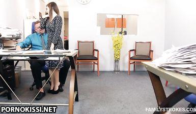 Юристка сосёт хуй у босса во время обеденного перерыва в кабинете