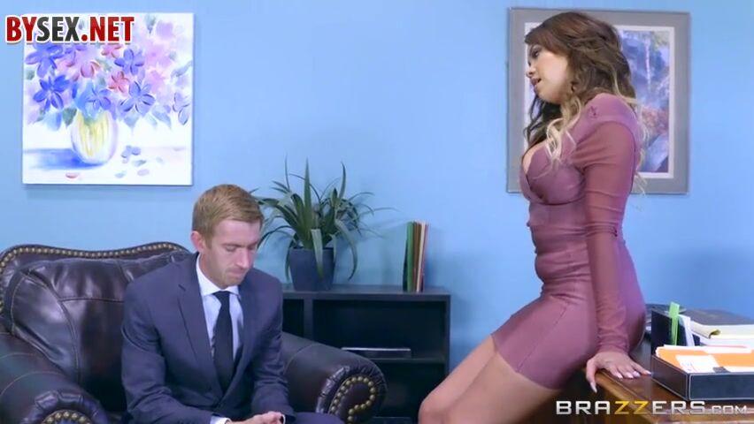 porno-telka-rasstavila-nogi-film-rus
