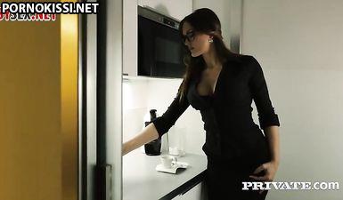 Женатый босс изменяет жене с секретаршей в офисе после работы
