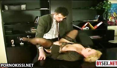 Директор порет в жопу жопастую юристку на своем рабочем столе