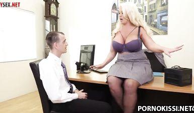 Новый работник трахает ебливую начальницу с большими сиськами
