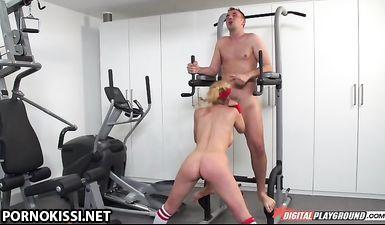 Гимнастая с большими дойками трахается с тренером и кончает сквиртом