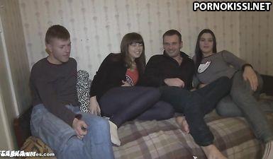 Две свингерские пары русских трахаются раком после обмена тёлками