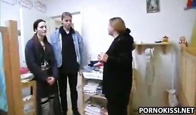 Муж попросил жену надеть подгузник и трахнул её в детской кроватке
