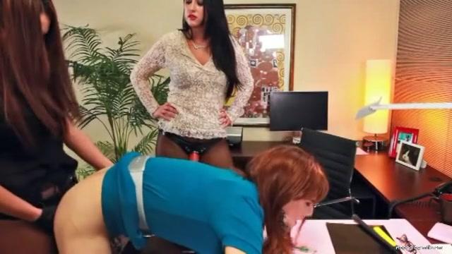 В жопу страпоном порно