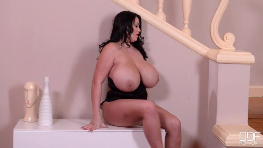 Секс видео с девкой с сиськами 5ого размера