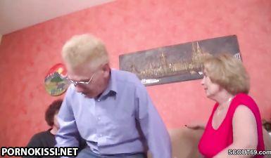 Две старые бабули трахаются с молодым парнем, другом внука
