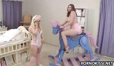 Лесбиянки играются с детскими сосками и подгузниками перед еблей