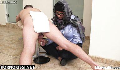 Арабская мусульманка дрочит неграм хуй до окончания со спермой