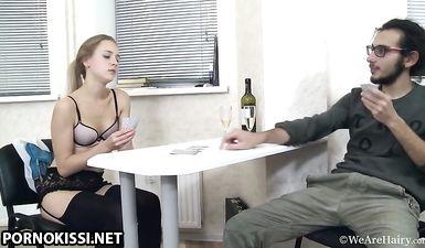 Пьяная девка с волосатой пиздой проиграла в карты и дала в жопу