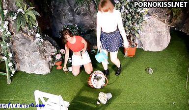 Две пьяные подружки пошли  в сад наводить порядок