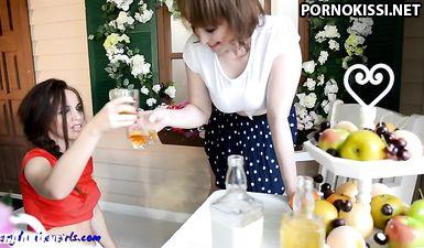 Две сипатичные девушки выпили и стали фоткать свои сиськи