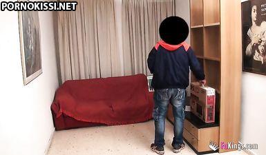 Муж скрытой камерой снял как жена изменяет с курьером дома