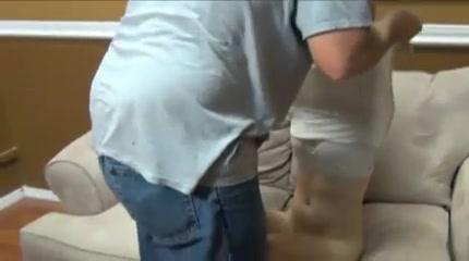 Папа показывает дочке секс