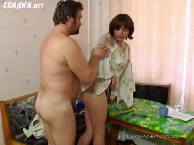 Отец трахает дочь и ее подружку