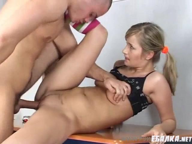 Трахнул молодую сестру на кухне ей понравилось порно видео
