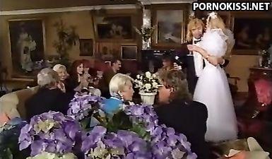 Красивый ретро секс жениха и невесты сразу после свадьбы