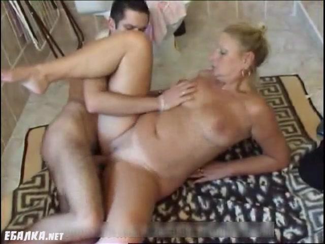 Мама и сын в туалете порно