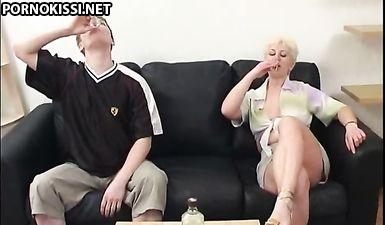Сын напоил свою мать с короткой стрижкой и оттрахал в жопу