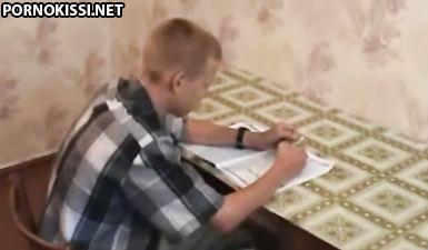 Мать предложила сыну заняться инцестом вместо уроков