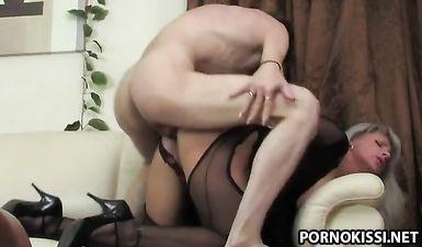 Сексуальная мачеха трахается с пасынком пока отец в командировке