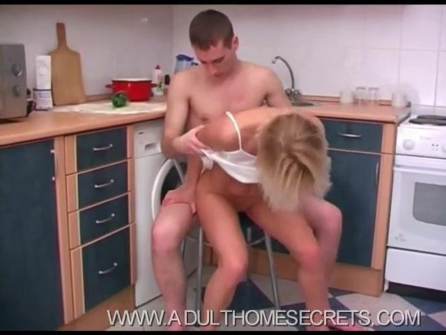 Порно отымел на кухне видео