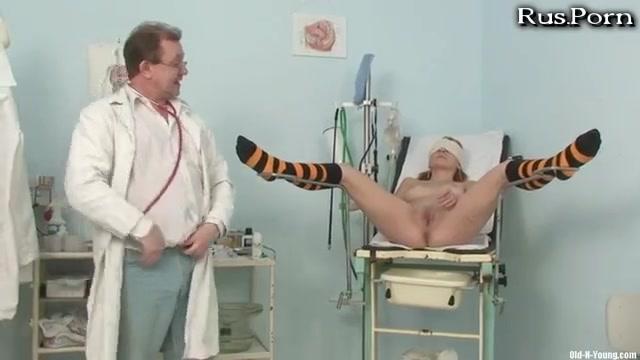 Зрелая в геникологическом кресле порноролик