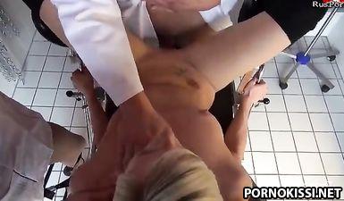 Гинеколог и медсестра трахают пациентку на приеме в поликлинике