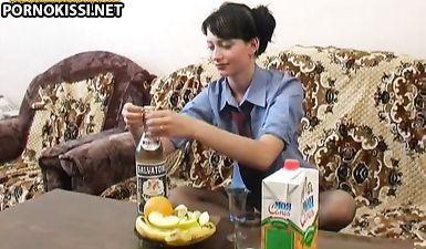 Русская пьяная брюнетка жестко трахает сама себя бутылкой до разрыва пизды