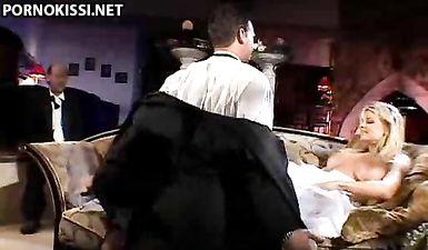 Жених куколд смотрит как его жену трахает другой мужик перед свадьбой