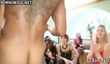 Подружки смотрят как невеста сосёт хуй у негра на девичнике