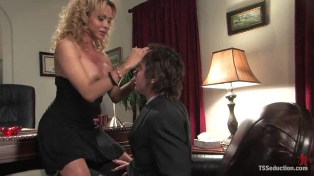 Начальница транс имеет своего подчиненного, нежный секс смотреть крупным планом