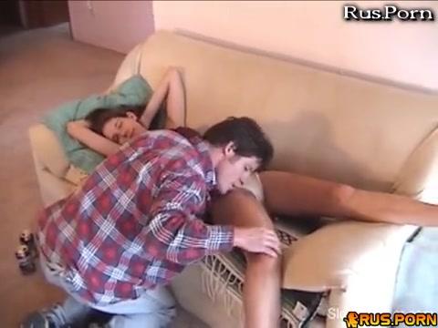 Трахнул пьяную сестру пока она крепко спала