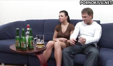 Молодую пьяную жену жестоко трахют два друга мужа