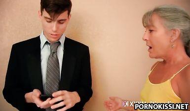 Мать сосёт хуй у сына после того, как он расстался с девушкой