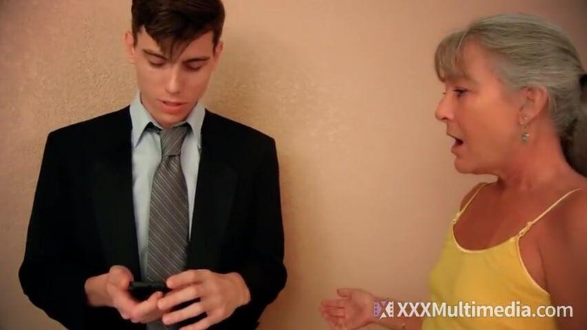 Жопастая мама сосет у сына