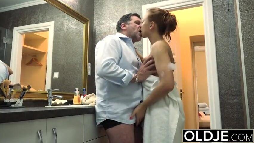 Порно виде папа моет дочку