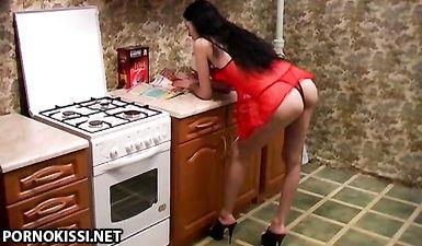 Жена делает фистинг перед мужем на кухне за ужином