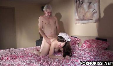Пожилой хозяин трахает 18 летнюю служанку в своей кровати