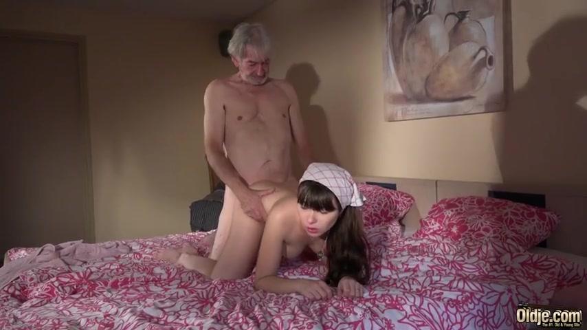 Пожилой мужик ебет молодую горничную, под столом вижу пизду
