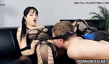 Госпожа делает рабу фейс ситинг и кончает на его лице