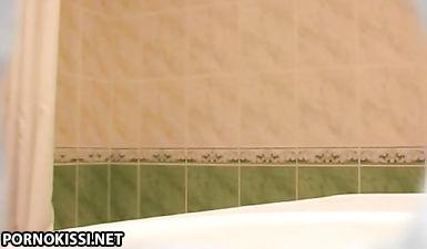 Хозяин квартиры скрытой камерой снимает голую квартирантку в ванной
