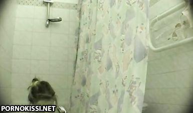 Отец скрытой камерой снял как дочка подмывается в ванной