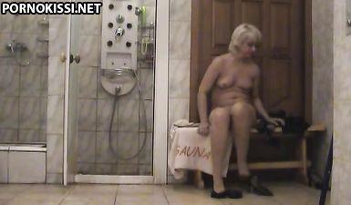 Женщина вытирает пизду после душе и надевает колготки (скрытой камерой)