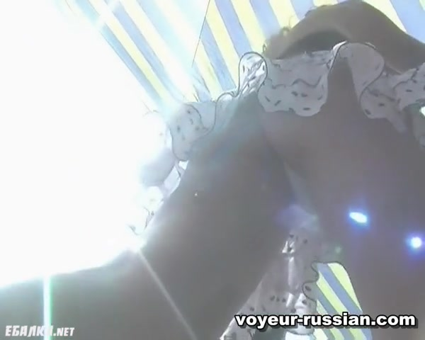 Порно скрытая камера снимает под юбкой в метро видео