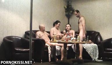 Групповая оргия пьяных свингеров попала на скрытую камеру в сауне