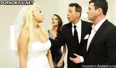 Невесту трахает в жопу свидетель пока жених спит пьяный после свадьбы