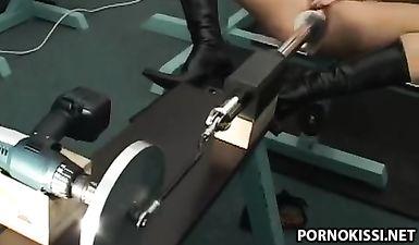Брюнетка сидит с раздвинутой пиздой, а секс машина жестко её трахает