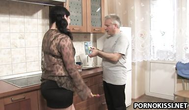 Молодая толстая жена трахается с отцом своего мужа на кухне